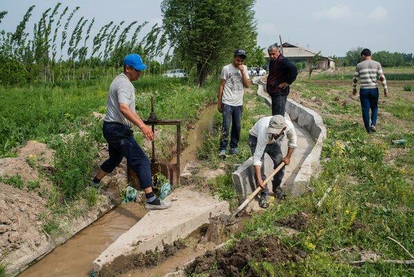 キルギスで最も暑い地域に住む800世帯に水と希望と収入をもたらす7kmの灌漑用水路の建設に従事するコミュニティのメンバー。Photo: WFP/Maksim Shubovich