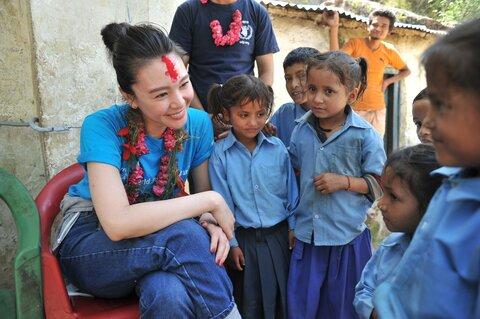 知花くららさん、ネパールの学校給食支援を視察
