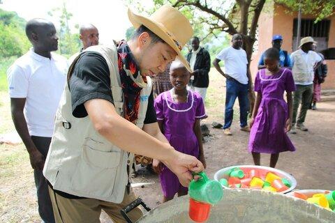 国連WFPサポーターEXILEのÜSAさん、TICAD7を前にウガンダ視察―学校給食など