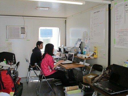 被災地で活躍 WFP設置の倉庫とプレハブ事務所