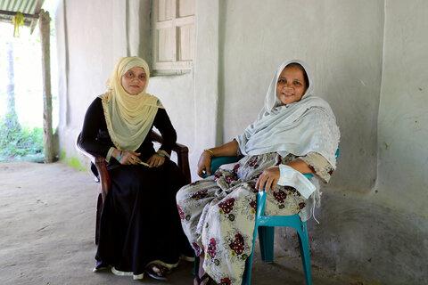 女性と少女に大きなバングラデシュの夢を与えるおばあさん