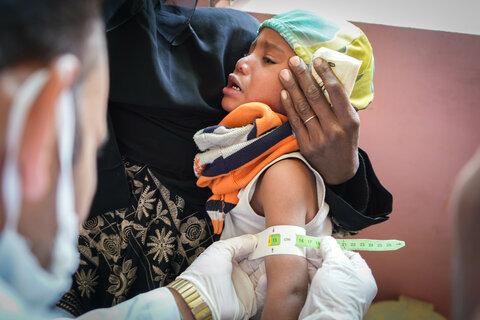 イエメンで飢えをしのぐサフィアさんと家族