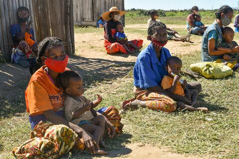 マダガスカル:子どもたちは走ることも遊ぶこともせず、目に深い悲しみを浮かべています。