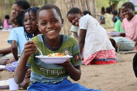 モザンビーク:災害や紛争の影響を受けた地域で、学校給食が子どもたちと学校をつなぐ