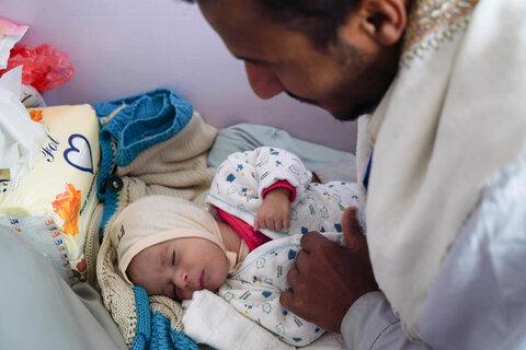 飢きんのような飢餓状態:木の葉を食べるしかないイエメンの家族